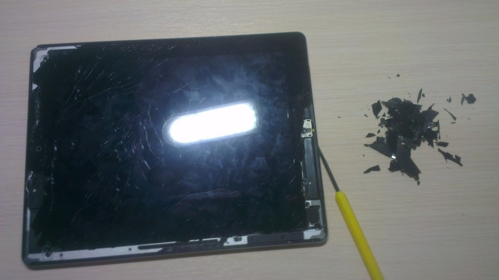выкавыриваем стекло из iPad4